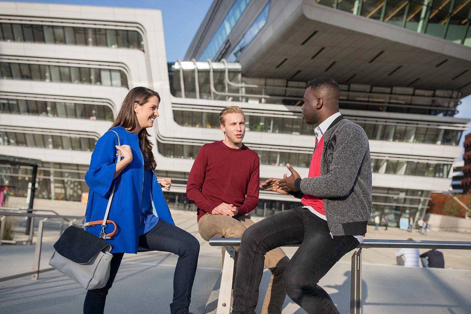 Studierende auf dem Campus (c) Raimo Rudi Rumpler