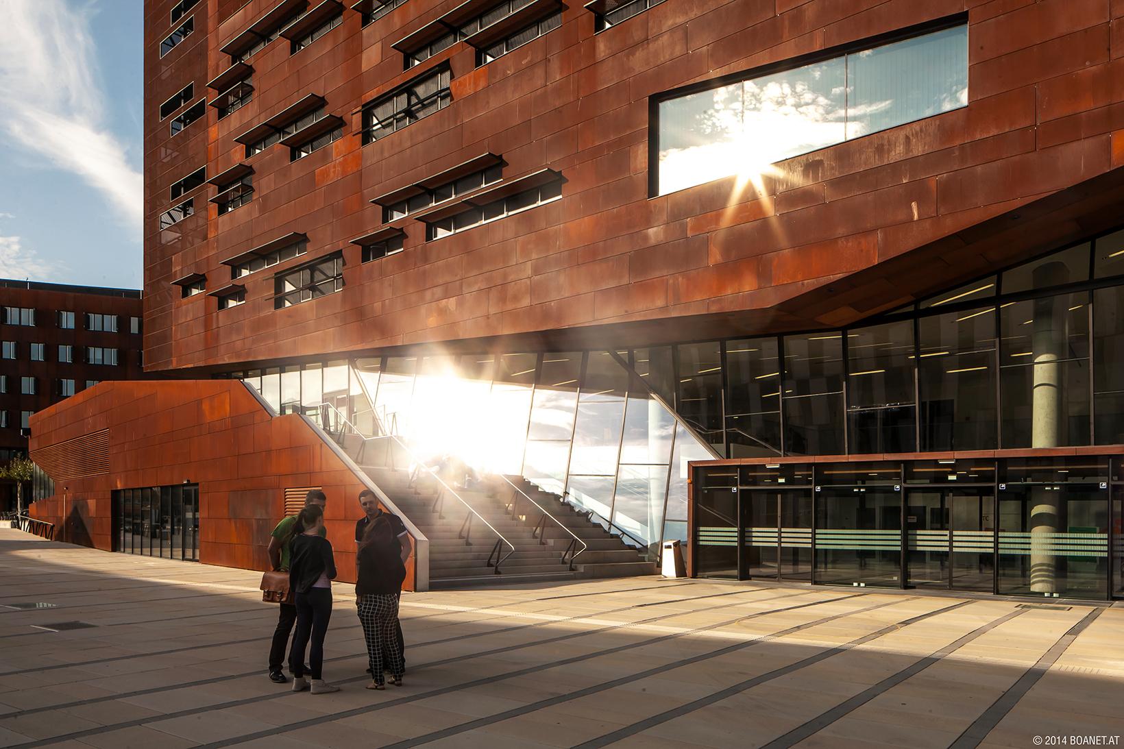 Studierende vor dem Gebäude TC, Campus WU