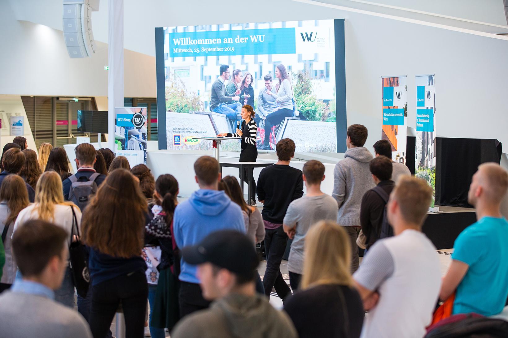 VR für Lehre und Studierende Margarethe Rammerstorfer heißt Erstsemestrige an der WU willkommen