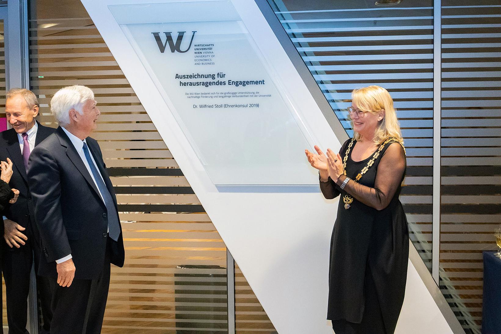 Dr. Wilfried Stoll Ehrenkonsul mit Rektorin Hanappi Egger