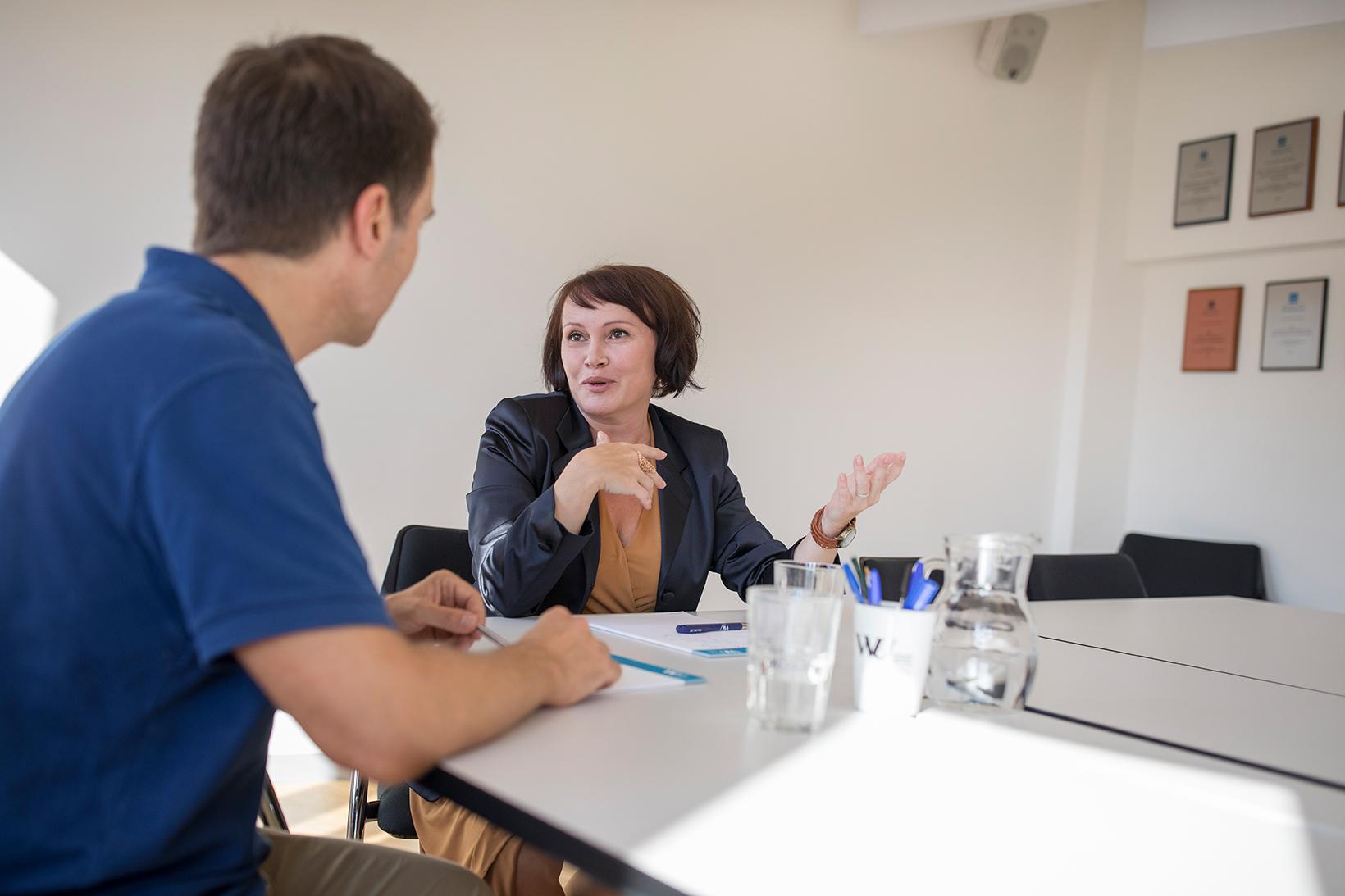Führungskraft spricht mit Mitarbeiter