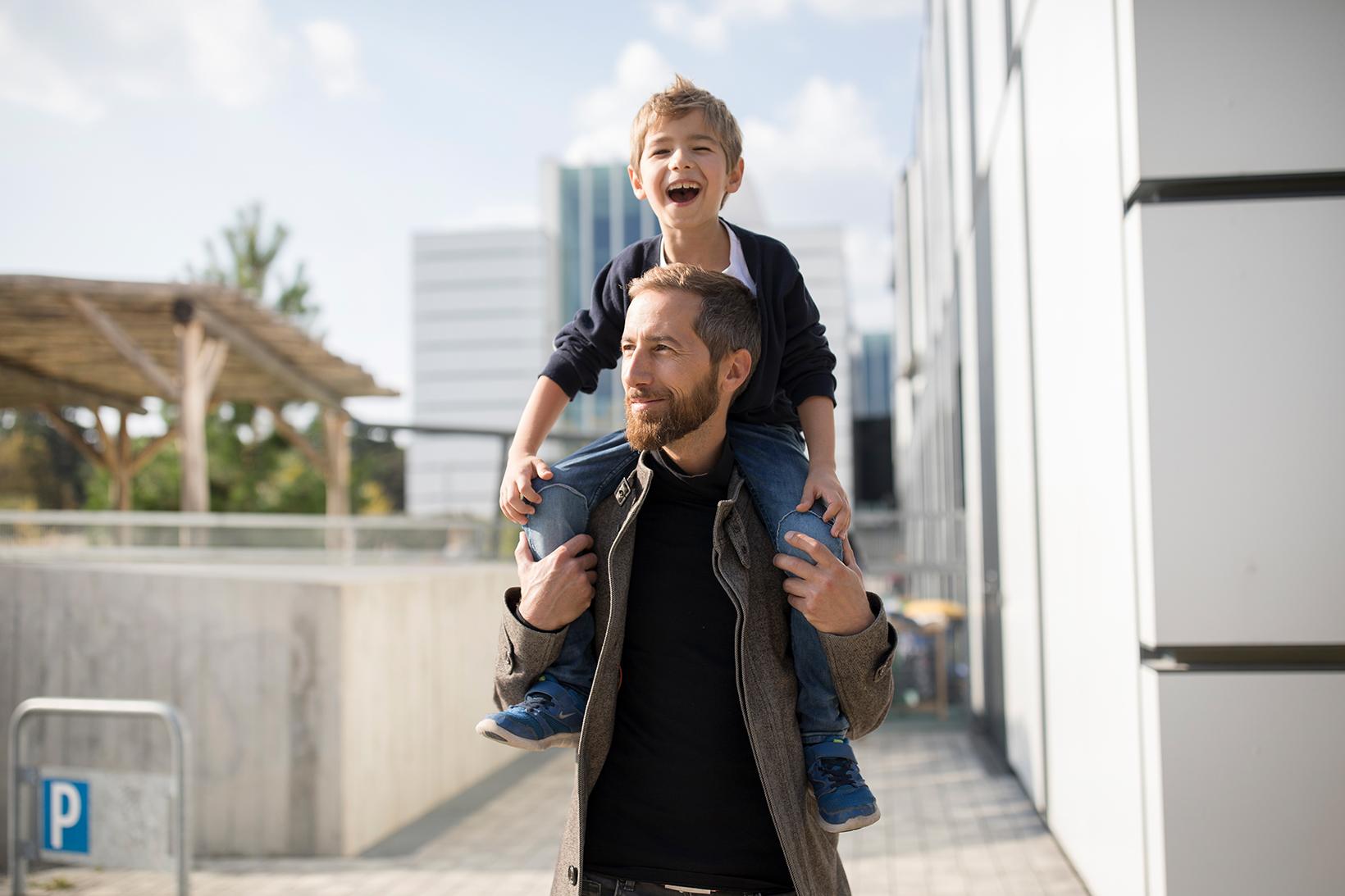 Vater und Sohn vor dem WU Kindergarten