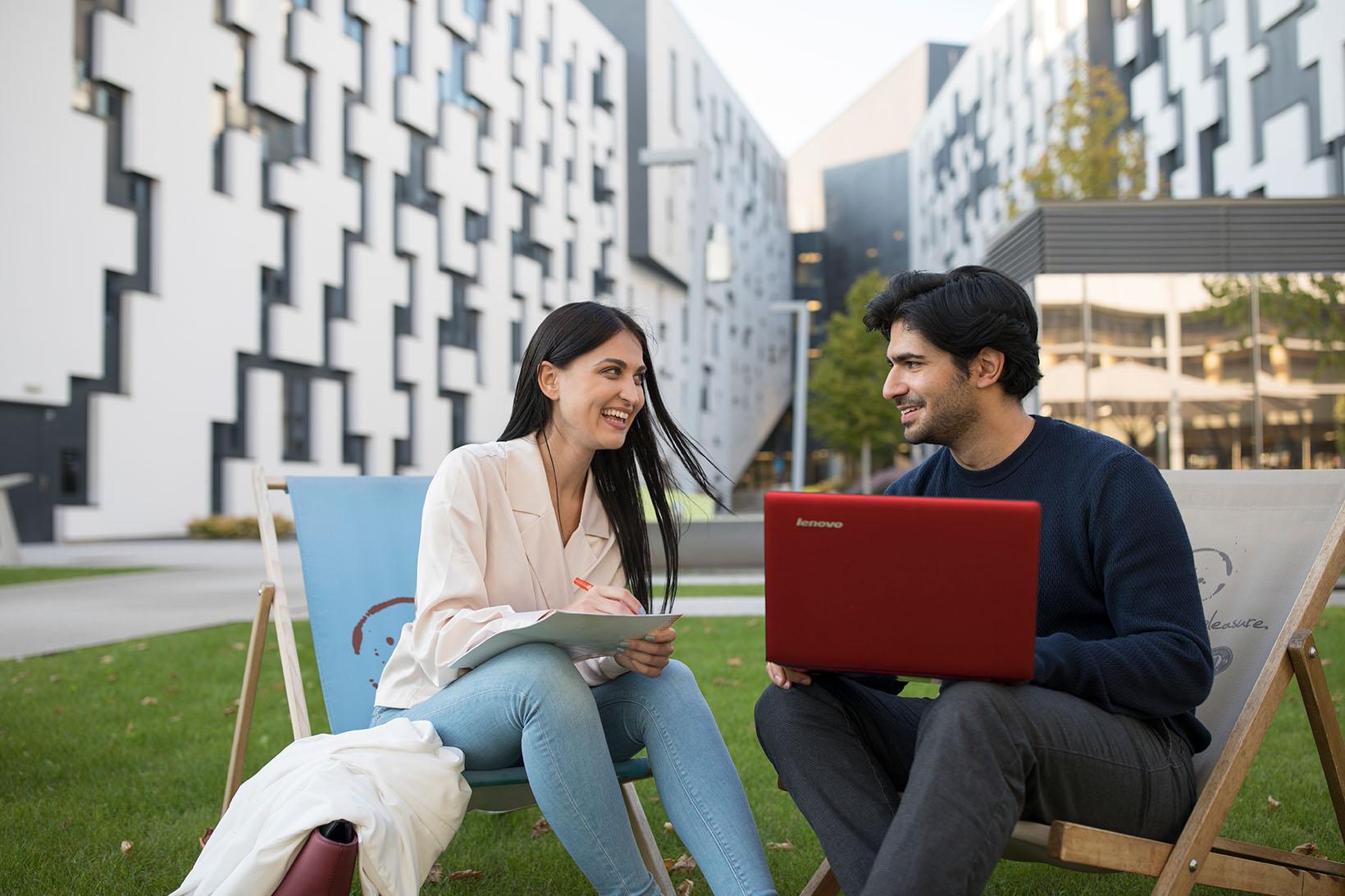Zwei Studierende lernen am Campus WU