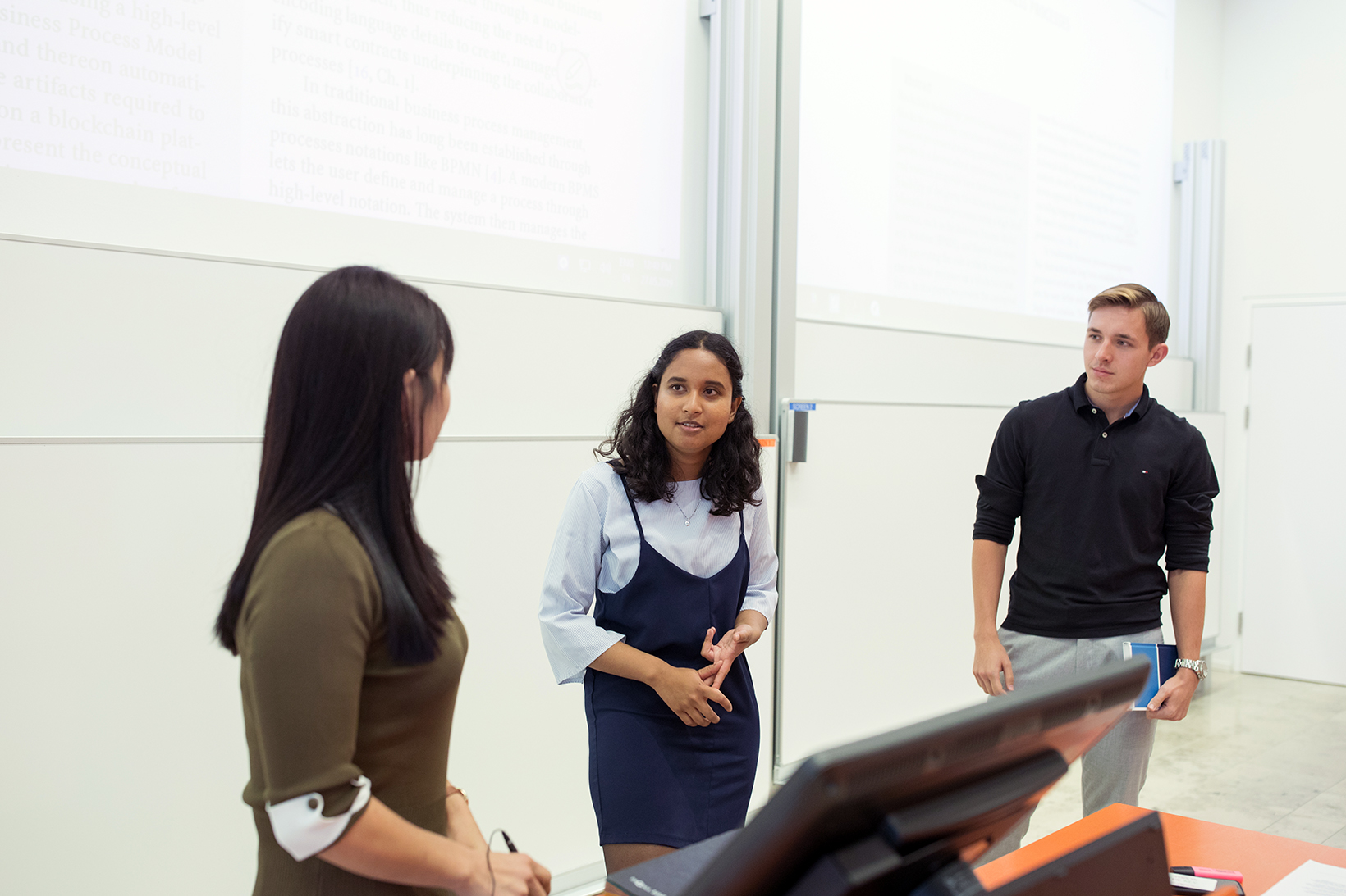 Studierende bei einem Referat