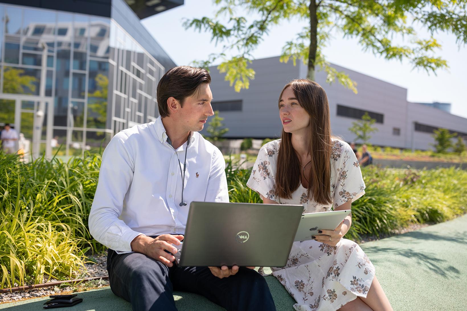 Studierende mit Laptop und iPad
