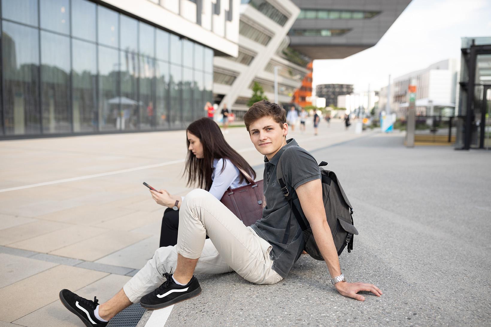 Zwei Studierende machen Pause