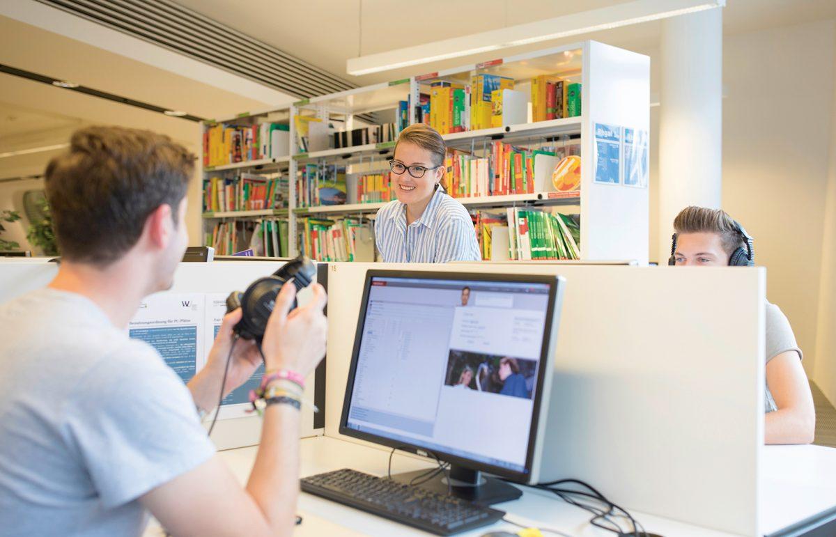 Studierende im Sprachlernzentrum (c) Raimo Rudi Rumpler