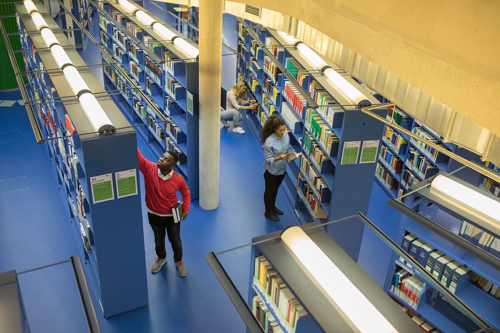 Studierende in der Bibliothek (c) Raimo Rudi Rumpler
