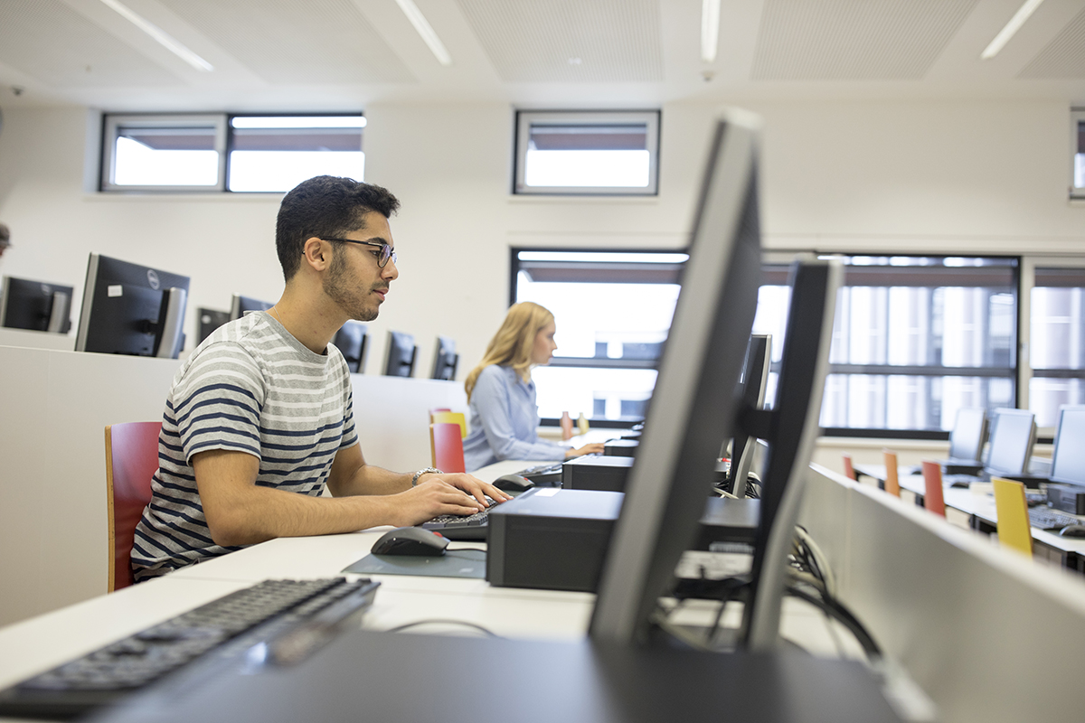 Studierende im PC-Raum (c) Raimo Rudi Rumpler